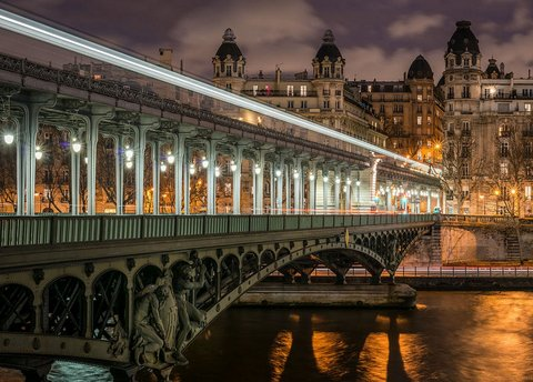 Paris : Bir Hakeim bridge